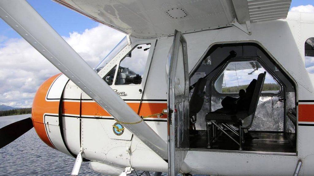 wasserflugzeug am see geöffnete tür
